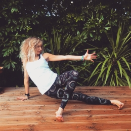 anjaneyasana variation photo